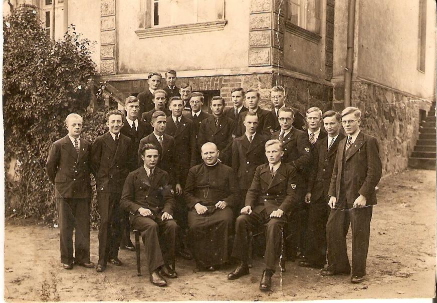 Górna  Grupa, Leon Hirsch – II rząd za siedzącymi,  pierwszy  ( stoi)