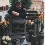Gdynia – Wielki Kack, cmentarz parafialny parafii św. Wawrzyńca. Pierwszy postulator procesu beatyfikacyjnego o. Śliwka przy grobie Sługi Bożego Leona Hirsz