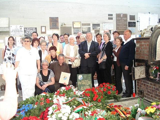 Gusen. Hirszowie w krematorium.Mamy ze sobą tablicę poświęconą pamięci Sługi Bożego Leona Hirsch oraz zegar rodowy.Tablica zawisła na ścianie krematorium.