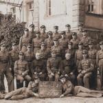 Leon Hirsch ( za siedzącymi 6 z lewej)  po zakończeniu kursuPW