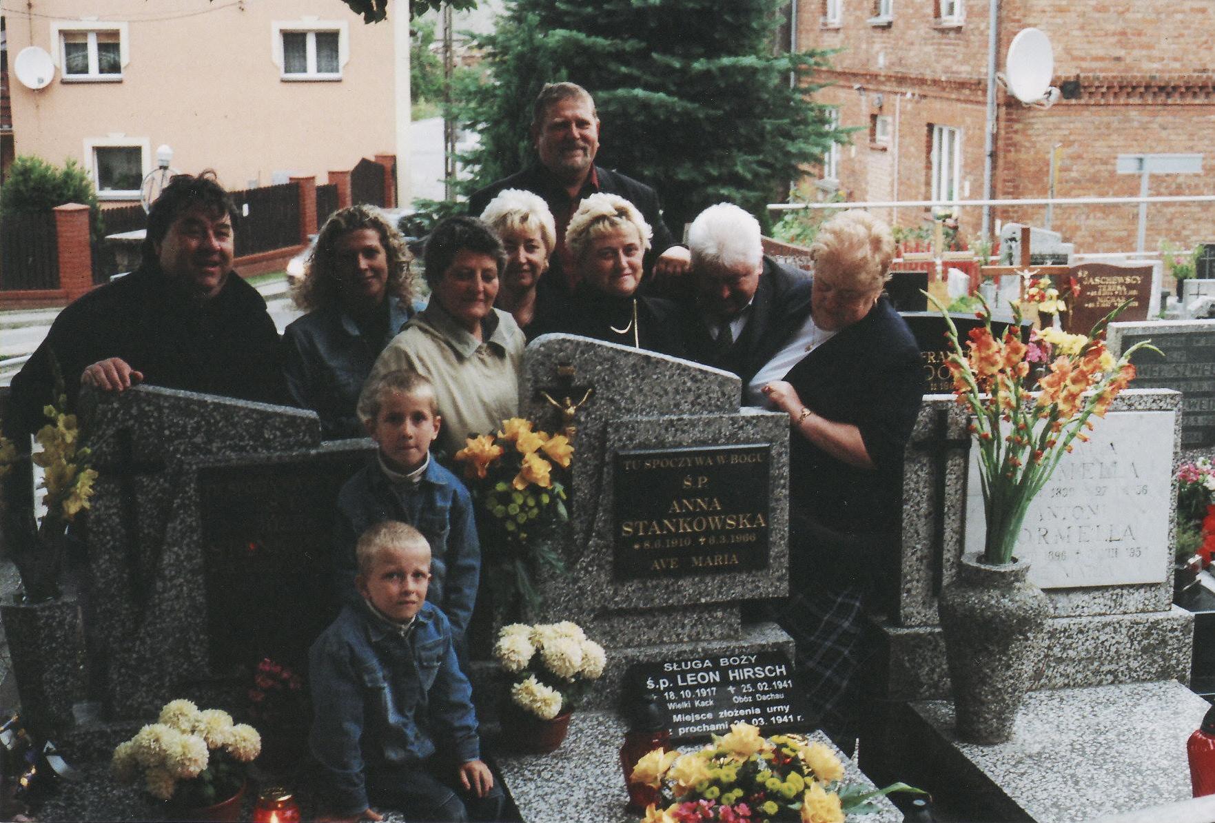 Postulator z krewnymi Sługi Bożego Leona (W tym grobie jest umieszczona urna z prochami Sługi Bożego Leona Hirsch